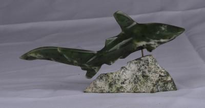 Un requin en jade canadien par Robert Dubé, c. 1980.